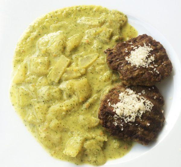 Fleischpflanzerl mit Kohlrabi an Petersilienschäumchen