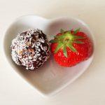 Energiebällchen mit Schokoladenpulver