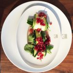 Zucchini-Röllchen auf Granatapfelkernsoße