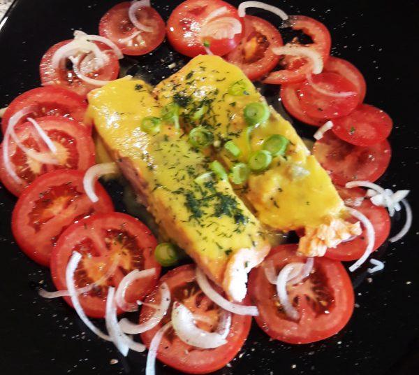 Lachssteak mit Safransoße und Tomatensalat