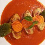 Putenfilet mit Tomaten-Paprika-Soße und Gemüse