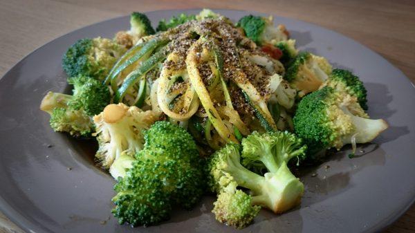 Zucchini-Spaghetti mit Brokkoli und Chia-Topping