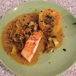 Lachsfilet auf Karotten-Pastinaken-Kohlrabi-Stampf an Weißwein-Lauch-Kokos-Sauce