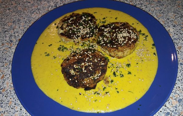 Puten-Zucchini-Taler mit Kokosnuss-Safran-Soße