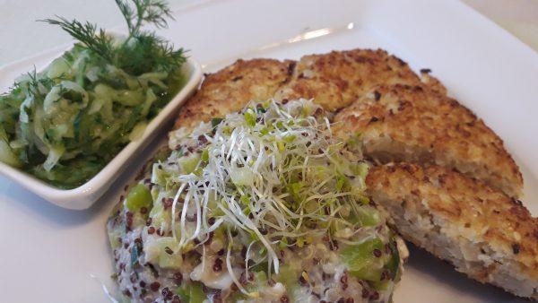 Blumenkohl-Taler mit Lauch-Quinoa und Dill-Gurkensalat