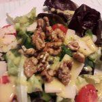 Salat mit karamellisierten Walnüssen an Mango-Dressing